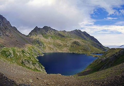 #pyrenees #boumsduport #portdevenasque #trekking #rando #mountains #clouds #lake #nature #trek #travel #neverstopexploring #pentaxks2